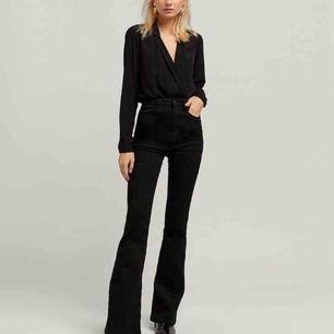 flared jeans från stradivarius -högmidjade -långa ben (passar långa tjejer också) -betalningssätt:swish -köparen står för eventuell frakt