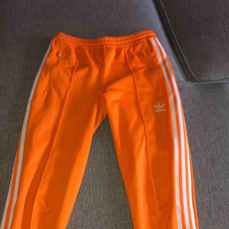 Säljer dessa snygga byxor från Adidas på grund av att de tyvärr inte kommer till användning. Köpte byxorna för 700 kr och är i väldigt bra skick! Frakt tillkommer 💫. Jeans & Byxor.