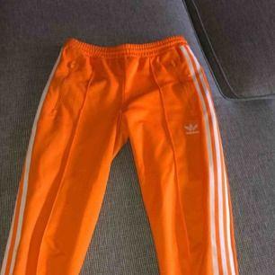 Säljer dessa snygga byxor från Adidas på grund av att de tyvärr inte kommer till användning. Köpte byxorna för 700 kr och är i väldigt bra skick! Frakt tillkommer 💫