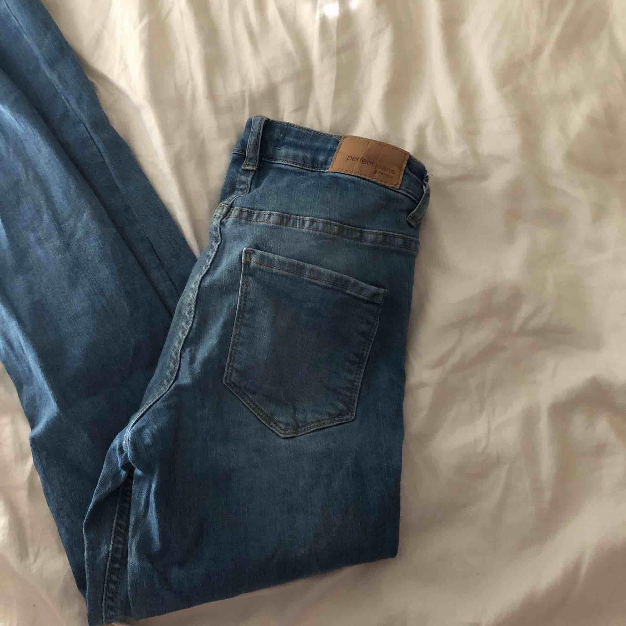 Stolek - 34/S  Skicket är som nya Dessa jeansen är väldigt sköna och har hål vid knäna och slitningar. . Jeans & Byxor.