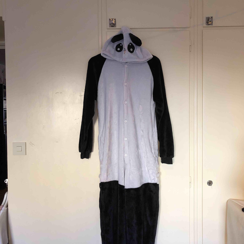 Panda jumpsuit i storlek M. Frakt tillkommer . Kostymer.