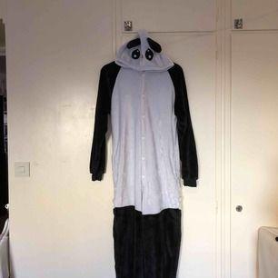 Panda jumpsuit i storlek M. Frakt tillkommer