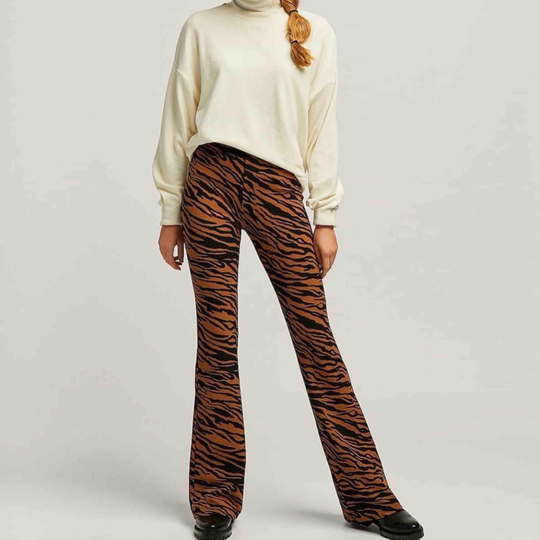 Flared byxor i animal print -modellen är ca 173cm -bra skick -högmidjade -skärphål finns -elastiska -betalningssätt: swish -köparen står för frakten -kan hämtas upp hos mig -passar även längre ben, upp till 180cm. Jeans & Byxor.