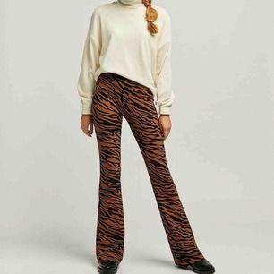 Flared byxor i animal print -modellen är ca 173cm -bra skick -högmidjade -skärphål finns -elastiska -betalningssätt: swish -köparen står för frakten -kan hämtas upp hos mig -passar även längre ben, upp till 180cm