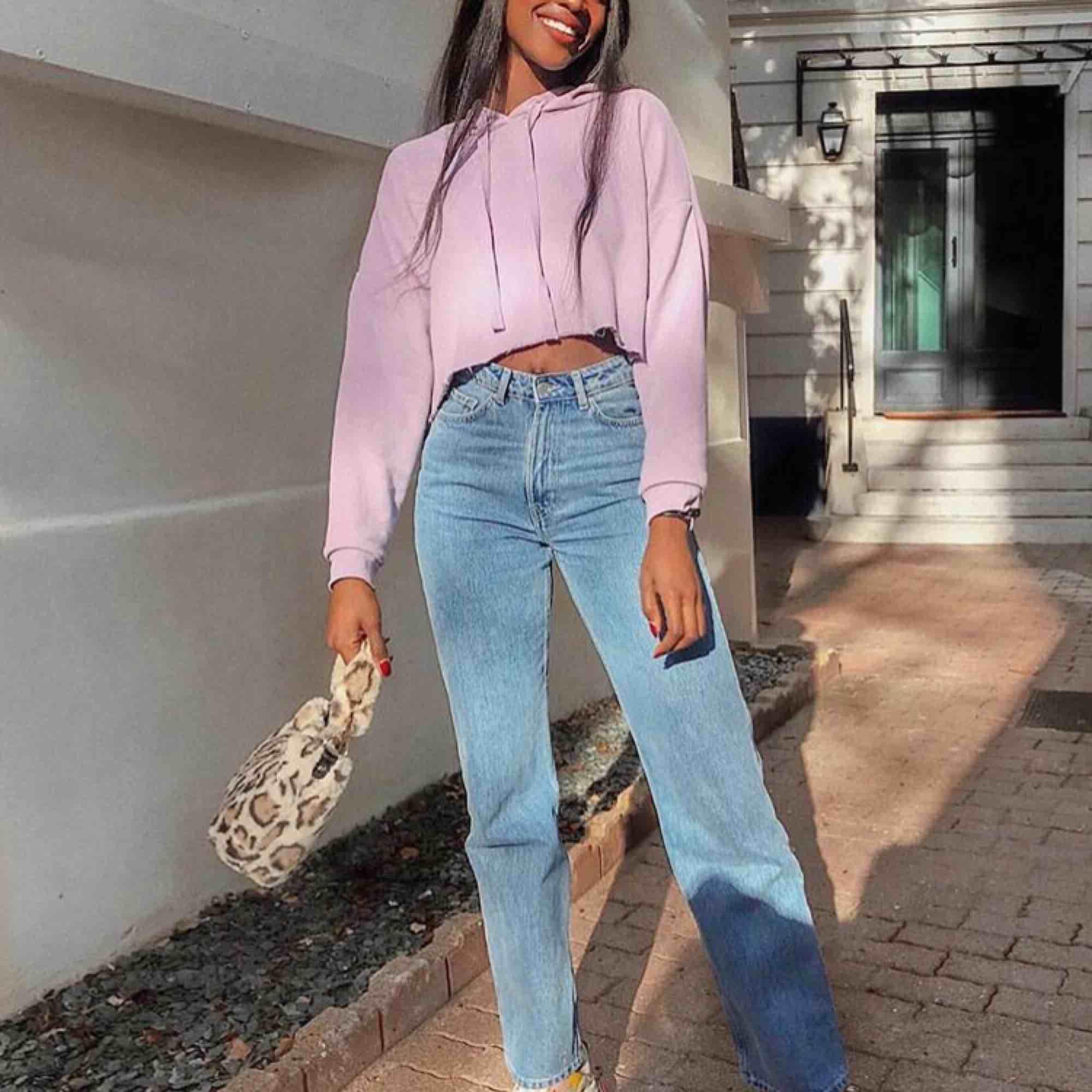 De super populära och svin snygga Weekday Row jeansen, i färgen sky blue!🥰💕🧚🏼♂️ Säljer då de är för små, därav aldrig använda😥. Jeans & Byxor.