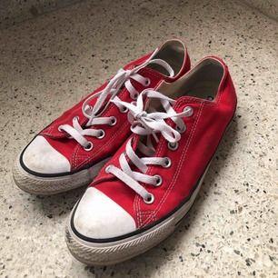 låga röda converse  bra skick -köparen står för frakten -betalningssätt: SWISH