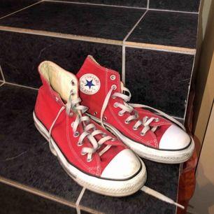 all star converse röda höga -lite slitna -köpta från secondhand men använda typ 2 gånger efter - köparen står för frakt -betalningssätt: SWISH