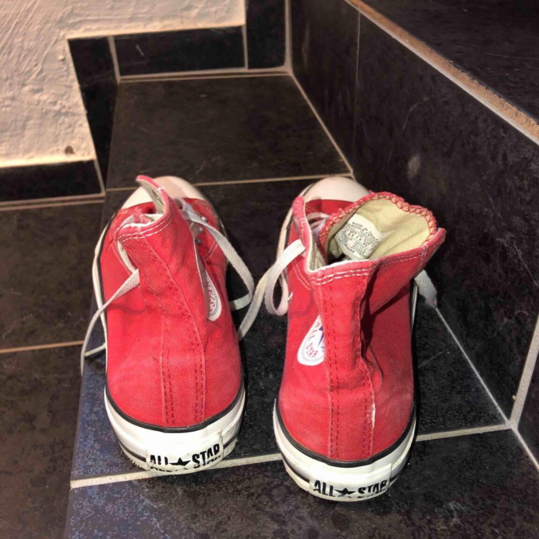 all star converse röda höga -lite slitna -köpta från secondhand men använda typ 2 gånger efter - köparen står för frakt -betalningssätt: SWISH. Skor.