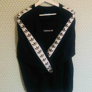 """Adidas Originals """"TNT"""" Sweatshirt. den otroligt populära tröjan som sålde slut överallt. Denna är i superbra skick"""