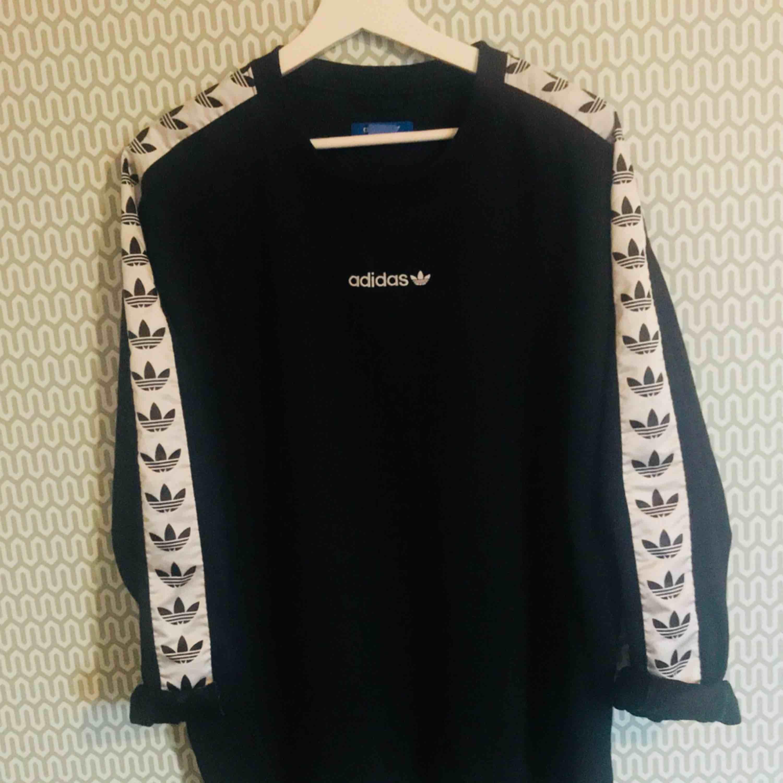 """Adidas Originals """"TNT"""" Sweatshirt. den otroligt populära tröjan som sålde slut överallt. Denna är i superbra skick. Huvtröjor & Träningströjor."""