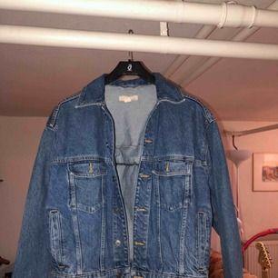 jeansjacka från hm med snörning -snörning på ryggen -äkta fickor -medium/dark washed -loose fit -ordinarie pris: 600kr -köparen står för frakten -betalningssätt: SWISH