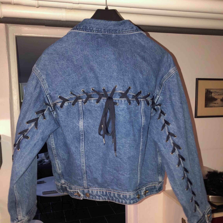 jeansjacka från hm med snörning -snörning på ryggen -äkta fickor -medium/dark washed -loose fit -ordinarie pris: 600kr -köparen står för frakten -betalningssätt: SWISH. Jackor.