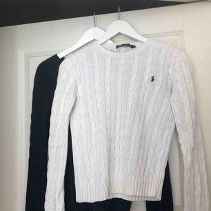 Bra skick Vita tröjan är i stolek S men passar även XS Den mörkblåa tröjan är i stolek M men passar även S/XS En tröja kostar 400kr Båda kostar 800kr