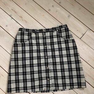 """Rutig kjol med fickor -man kan ha skärp till -köpt på second hand -använd 1 gång - har lite """"billigt"""" material på insidan men inget som märks - midja runt 67-73 -passar långa människor också"""