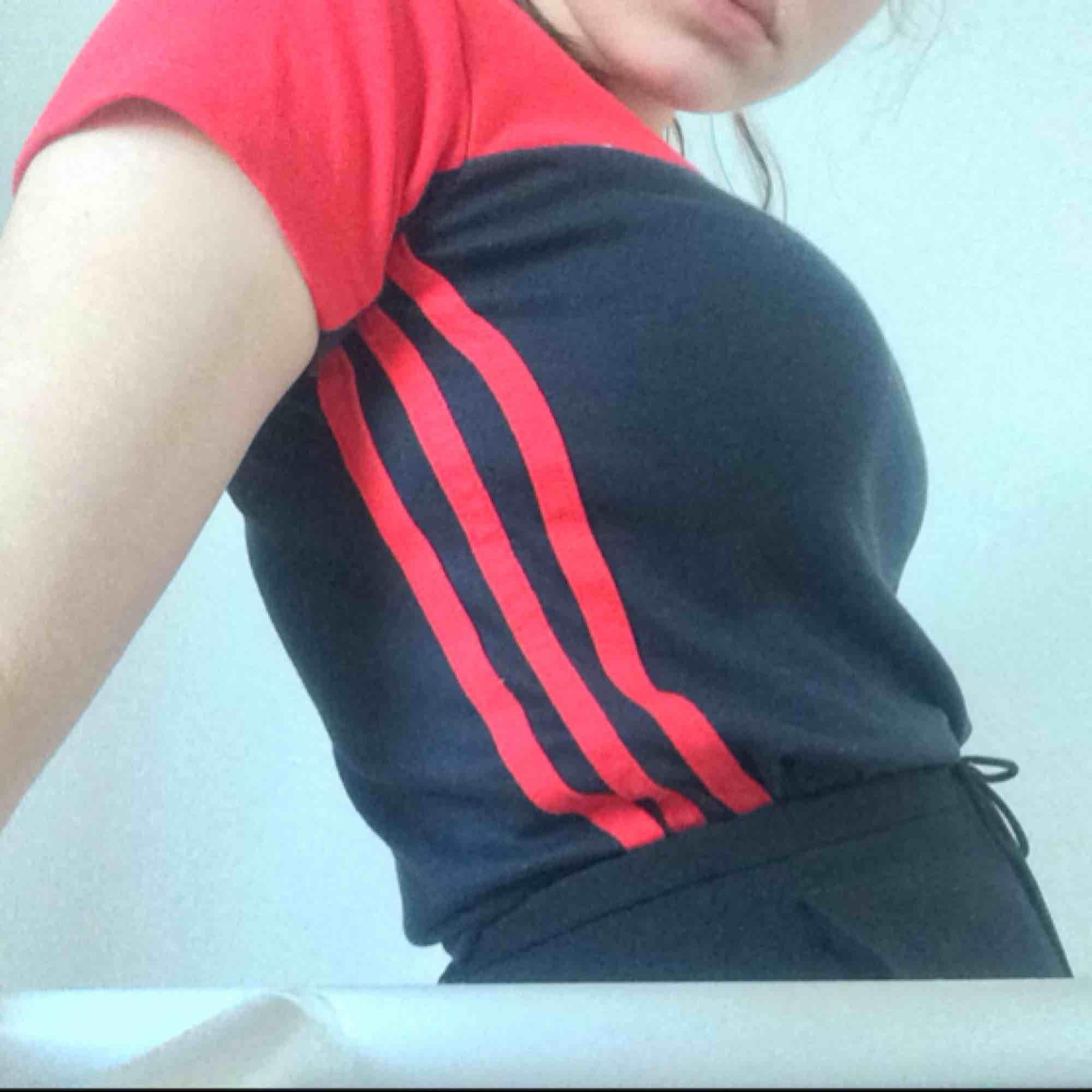 Svart och röd adidaströja. Frakt ingår i priset!. T-shirts.
