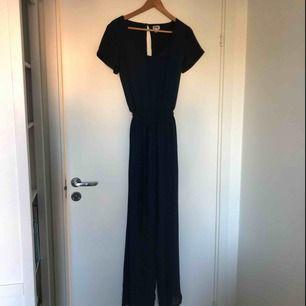Mörkblå byxdress köpt på Bubbleroom. Raka ben och fin rygg (bild 3). Använd en gång. Du står för eventuell frakt.