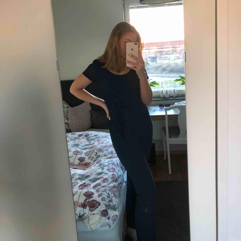 Mörkblå byxdress köpt på Bubbleroom. Raka ben och fin rygg (bild 3). Använd en gång. Jag står för frakten!. Kostymer.