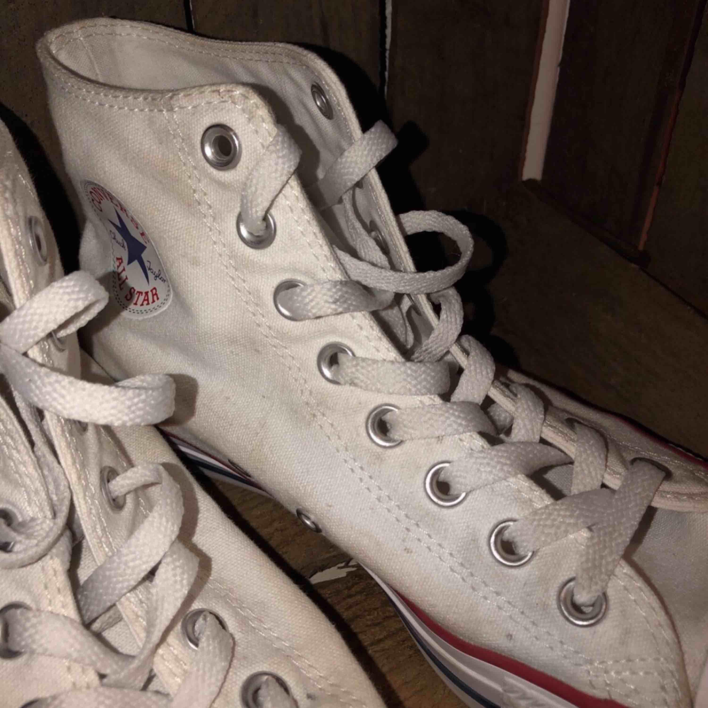 vita höga converse -Inte så använda men lite skitiga -Går att tvätta i låg temperatur -I bra skick, nästan inga repor. Somsagt bara lite skitiga  -KÖPAREN STÅR FÖR FRAKT. Skor.
