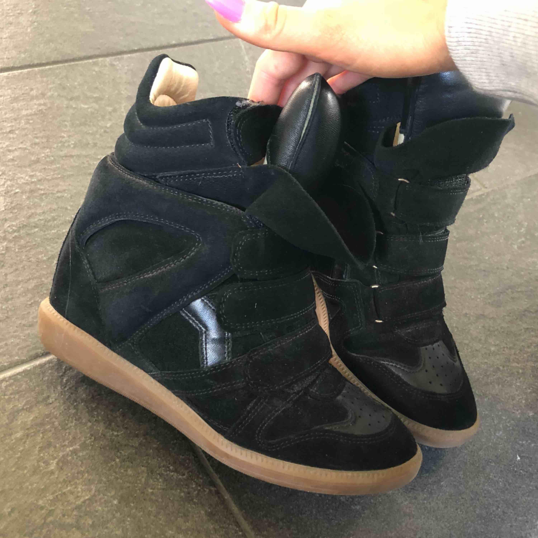 Säljer mina Isabel Marant skor, köpta på mytheresa.com för 4800 kr. Väldigt sparsamt använda därav är skicket väldigt bra. Väldigt sköna och gå i och rejäla ✨ Dom är små i storleken så passar någon med en liten 38 eller 37!. Skor.