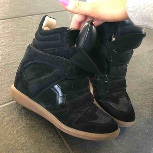 Säljer mina Isabel Marant skor, köpta på mytheresa.com för 4800 kr. Väldigt sparsamt använda därav är skicket väldigt bra. Väldigt sköna och gå i och rejäla ✨ Dom är små i storleken så passar någon med en liten 38 eller 37!