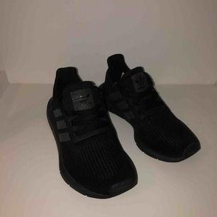 Superfina jättesköna Adidas Originals skor Knappt använda, superfint skick 300kr nypris 799 (frakten står köparen för, 60kr)