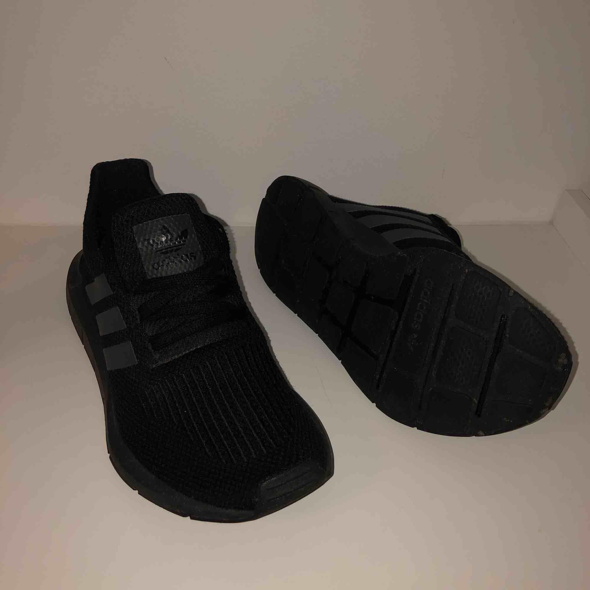 Superfina jättesköna Adidas Originals skor Knappt använda, superfint skick 300kr nypris 799 (frakten står köparen för, 60kr) . Skor.
