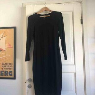Snygg och stretchig svart klänning som passar lika bra till vardags som till fest! Väldigt bra skick, formar sig bra på kroppen. Pris kan diskuteras, frakt tillkommer och jag tar swish! 🌟☀️