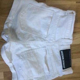 Vita högmidjade jeansshorts från dr denim. I använt skick. Frakt ingår i priset.