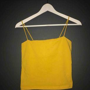 Ett gult skalet linne från GinaTricot, storlek M men passar även S (xs) 💛 bjuder på frakt