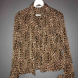 En leopard skjorta från Nakd , storlek 34 men funkar som 36😊 frakten bjuder jag på