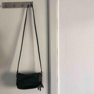 Söt, svart handväska från h&m. Använd fåtal gånger. Köparen står för frakt :)