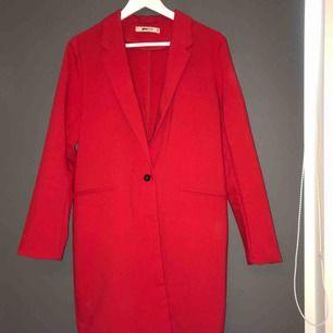 En röd kappa från GinaTricot , storlek 36 (34). Köparen står för frakten ❤️