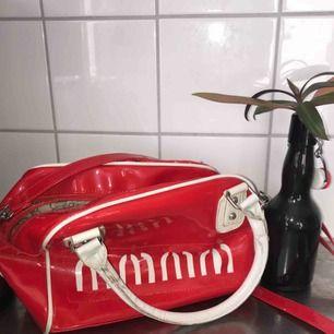 En snygg väska som man kan ha som en hand väska och axel väska! Frakt 41kr :)