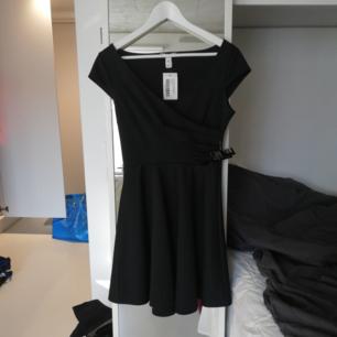 Jättefin omlottklänning från Nelly, aldrig använd. Kan mötas upp eller så står köparen för frakt!