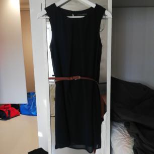 Marinblå klänning med skärp i midjan, inköpt i London, använd fåtal gånger. Kan mötas upp eller så står köparen för frakt!