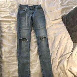 Blåa superfina Levis jeans i strl 27. Köparen står för frakt :)
