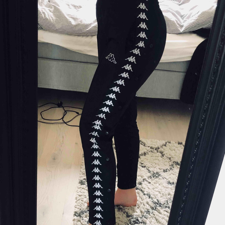 Kappa byxor köpta på junkyard, knappt använda så i super skick! . Jeans & Byxor.