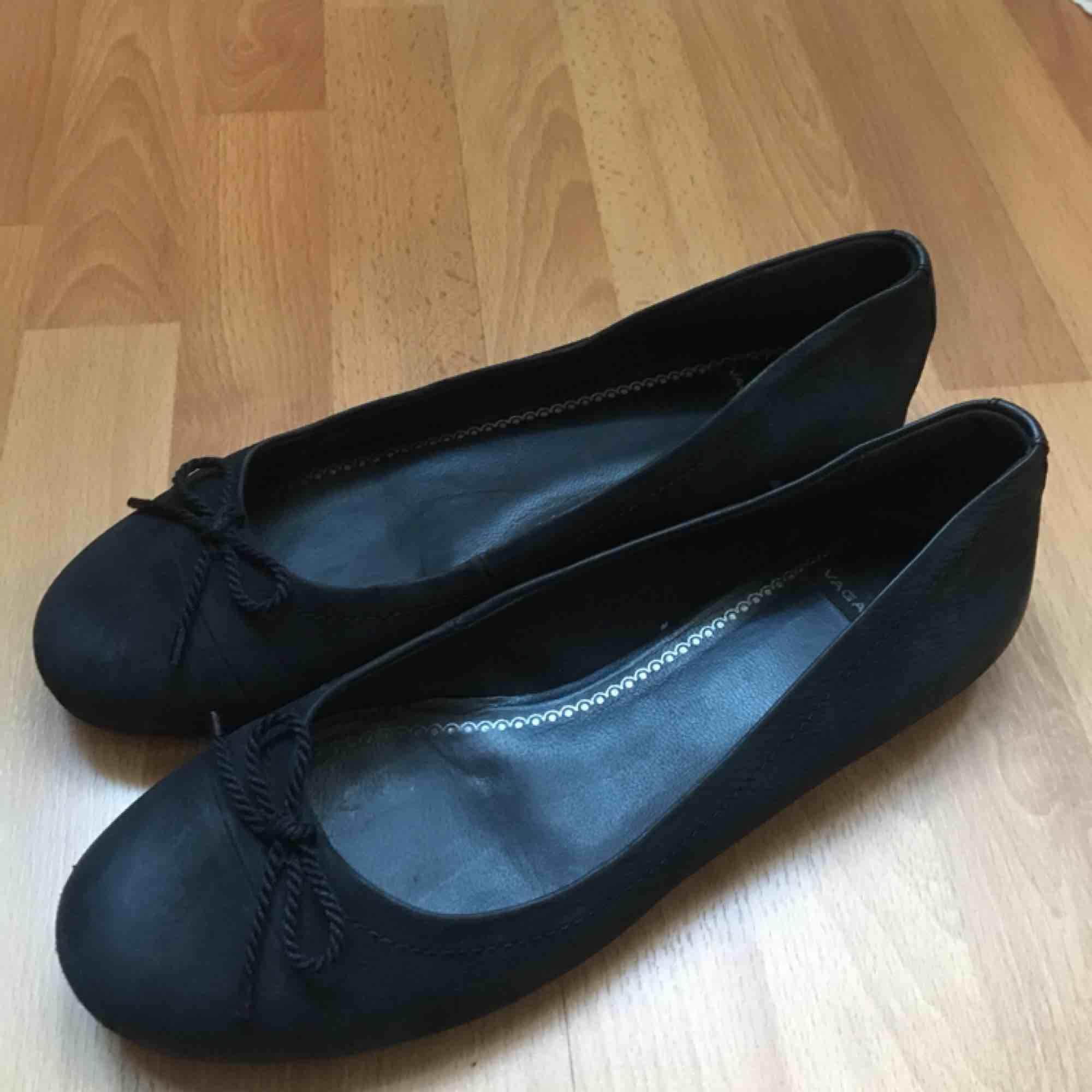 Svarta ballerina skor från vagabond, använda men u bra skick. Möts upp i Stockholm, fraktar inte🌼. Skor.