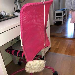 En vit-guldig väska som är mjuk och skön! Använts ett par gånger men är i helt perfekt skick! Frakten står inte i priset!!! Säljer för att jag inte använder den längre, har fått nya, men älskar den!! <3