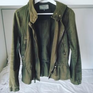 Jättesöt jacka från Zara i grönt jeanstliknande (men mjukt!!) tyg. Har försökt redigera den gröna färgen då den blev grå på mina ursprungsbilder. Huva, fickor och volang nertill. Kan mötas upp eller så står köparen för frakt!