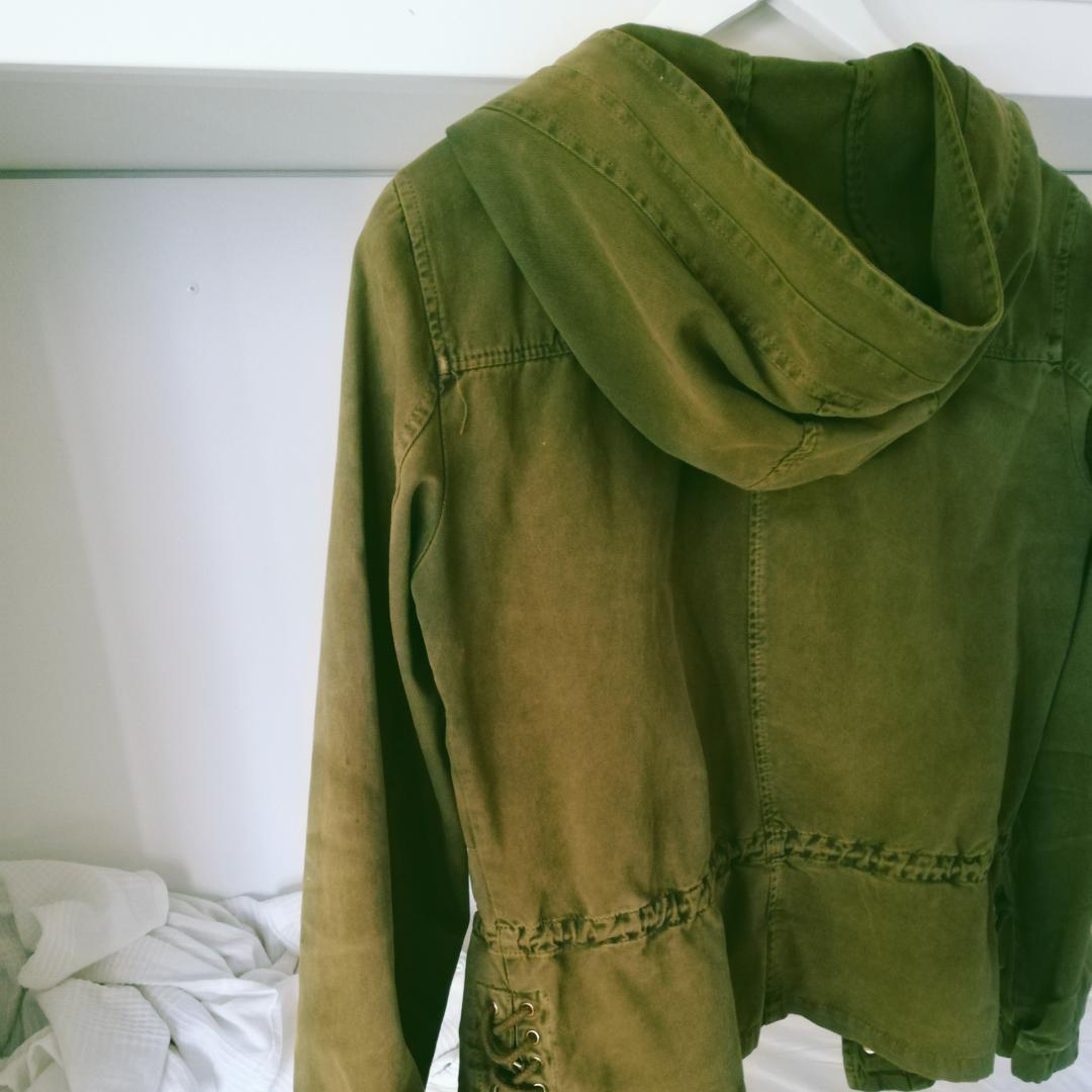 Jättesöt jacka från Zara i grönt jeanstliknande (men mjukt!!) tyg. Har försökt redigera den gröna färgen då den blev grå på mina ursprungsbilder. Huva, fickor och volang nertill. Kan mötas upp eller så står köparen för frakt! . Jackor.