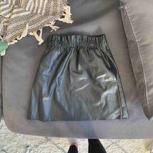 En svart kjol från Zara! Gillar den men kommer inte så ofta till användning och vill därför sälja den vidare. Kan mötas upp i Göteborg annars står köparen för frakten