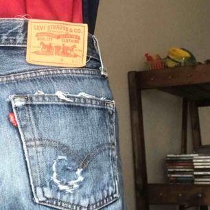 Så cool vintage acid wash Levi's jeans. De är ett statement men passar med allt. Jag tror de är från 80-talet från någon arbetare, fett ballt. Frakt på 60kr tillkommer, hör av dig om du har någon fråga.