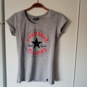 T-shirt från Converse, har en liiten fläck som syns på andra bilden (går säkert att tvätta bort)