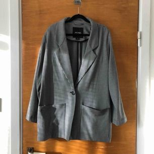 Fin och skön kavaj/blazer från Monki i oversized modell. Pris exkl porto.