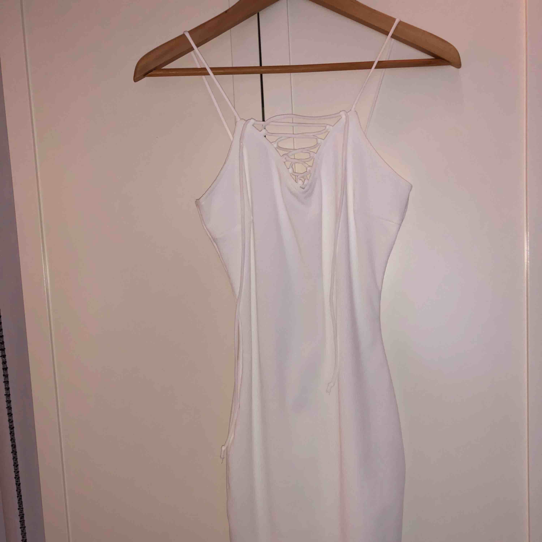 Oanvänd klänning från Gina tricot, perfekt till studenten och/eller skolavslutningen.   - Fraktas eller möts upp i Stockholm. . Klänningar.
