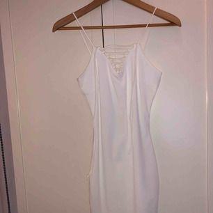 Oanvänd klänning från Gina tricot, perfekt till studenten och/eller skolavslutningen.   - Fraktas eller möts upp i Stockholm.