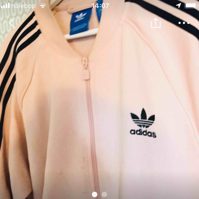 Rosa track-jacket från adidas.. Huvtröjor & Träningströjor.