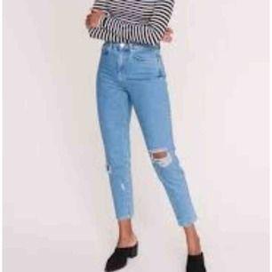 Slutsålda mom jeans från Gina tricot!  Sjukt fina. Passar mig perfekt som har 36 i jeans med! högmidja Klippta längst ner. Längden passar 160 cm!   Fri frakt