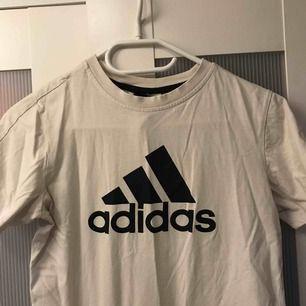 Adidas tröja i stl M. Välanvänd men lika fin (och skrynkligt) ändå. Inte riktigt min stil längres så lika bra att se om någon annan vill ha den :) 110kr inklusive frakt!
